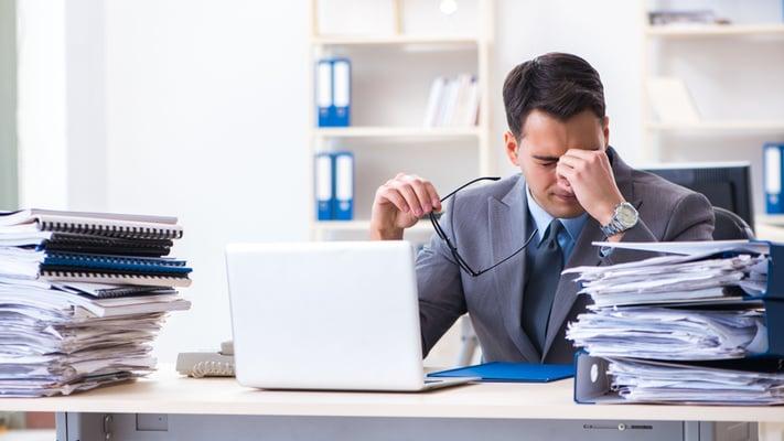 Mann i kontoromgivelser gir uttrykk for krise i virksomheten.
