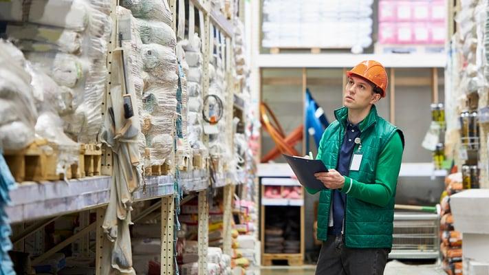 Småbedriftsleder med for mange oppgaver og mangelfull kompetanse på rutineoppgaver kan miste kontroll og oversikt.